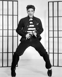 Se usaba el estilo James Dean para los hombres, la moda popularizo el uso  de los jeans Levi´s con camisetas blancas o negras bien ajustadas al cuerpo  y